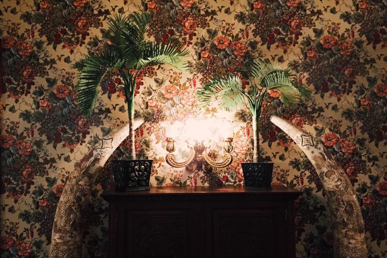 Vintage decor inside the 1880 - Los Alamos - Let's Photo Trip